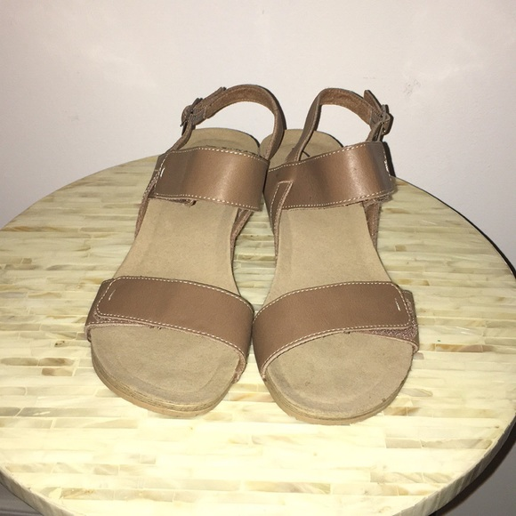 93cf5cf2f9b2 Clarks Shoes - Clarks Alto Disco Leather wedge Sandals Size 8.5